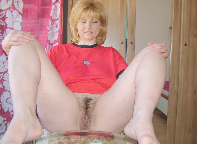Зрелая блондинка манит к себе волосатой вагиной и большой грудью 14 фото