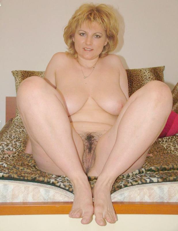 Зрелая блондинка манит к себе волосатой вагиной и большой грудью 18 фото