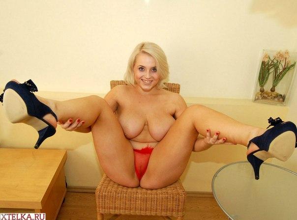Пышная блондинка с улыбкой на лице хвастается большими дойками 1 фото
