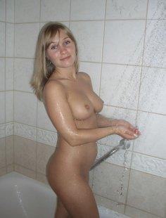 Мамочка принимает душ и позирует дома