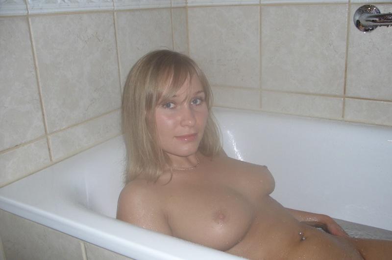 Мамочка принимает душ и позирует дома 5 фото