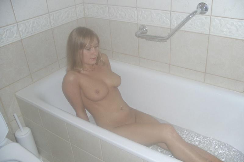 Мамочка принимает душ и позирует дома 4 фото