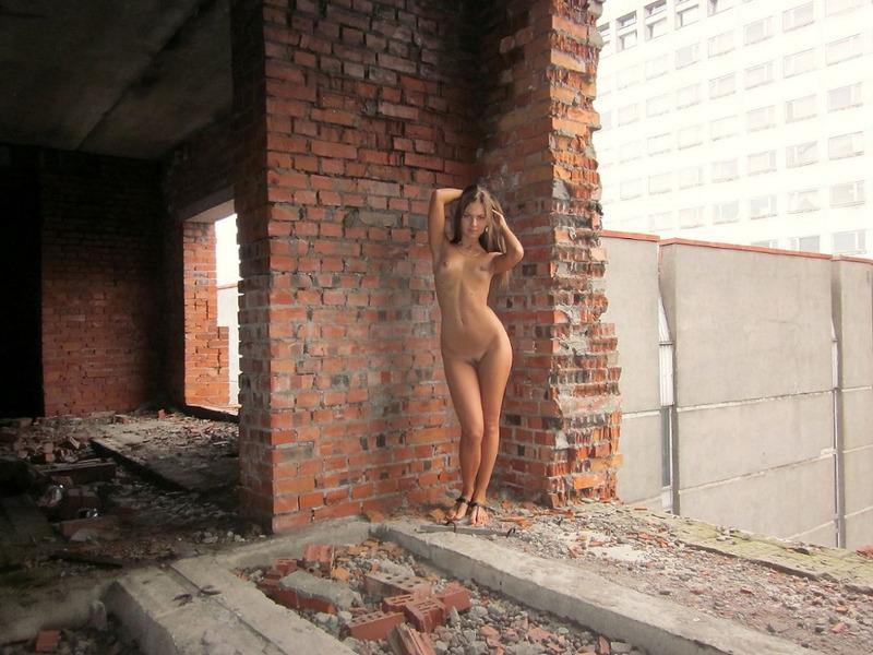 Стройная студентка разделась в недостроенном доме 9 фото