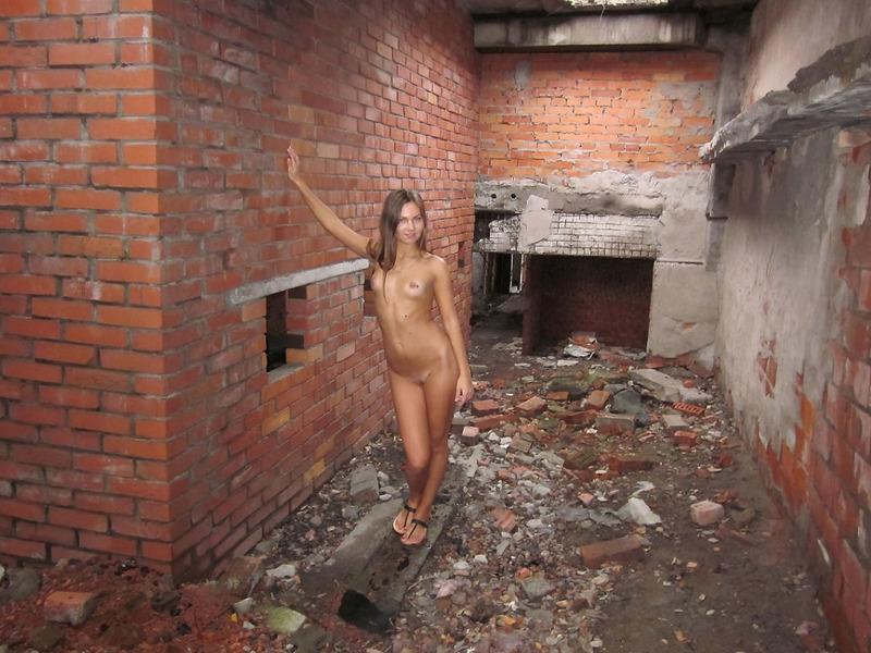 Стройная студентка разделась в недостроенном доме 6 фото