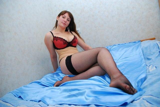 Пышка в чулках обнажила огромные сиськи на кровати 10 фото