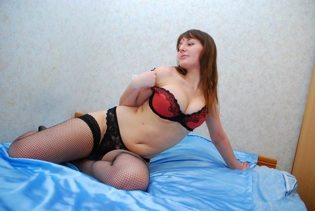 Пышка в чулках обнажила огромные сиськи на кровати 17 фото
