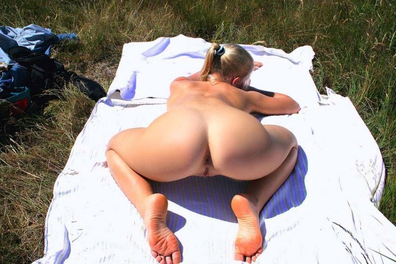 Красотка позирует на песчаном берегу перед камерой ухажера 5 фото