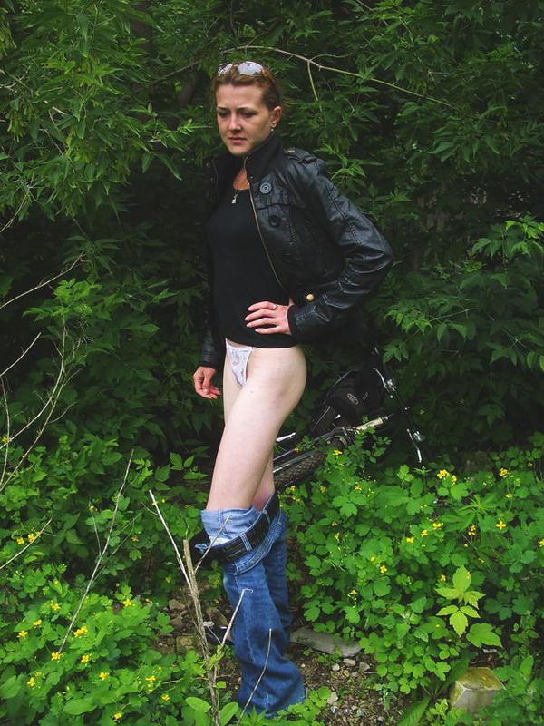 Девчонка зашла за кусты и стягивает одежду 9 фото
