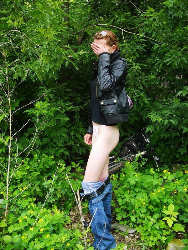 Девчонка зашла за кусты и стягивает одежду 10 фото