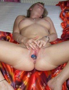 Баба мастурбирует дырочку и живет эмоциями