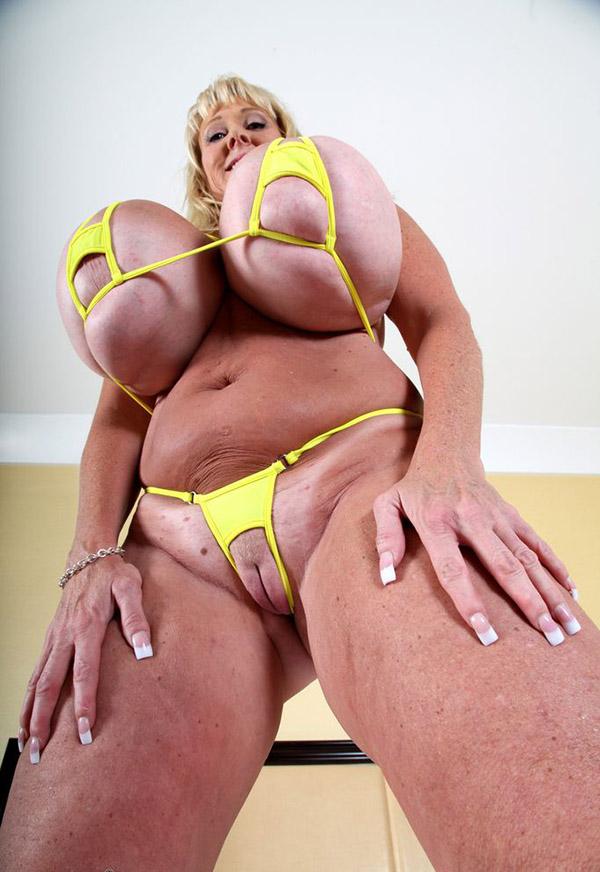 Горячая бабка снимает лифчик с огромных сисек 8 фото