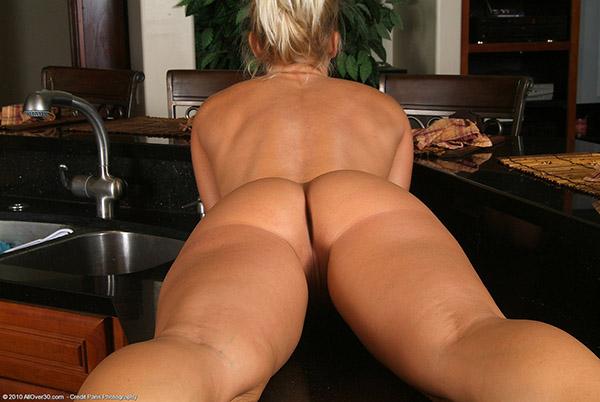 Домохозяйка не спеша разделась, чтобы помастурбировать на кухне 15 фото