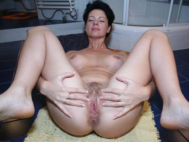 Пошлые мамочки раздвигают ноги в постели 1 фото