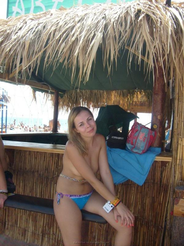Милированная американка отдыхает топлес на пляже 22 фото