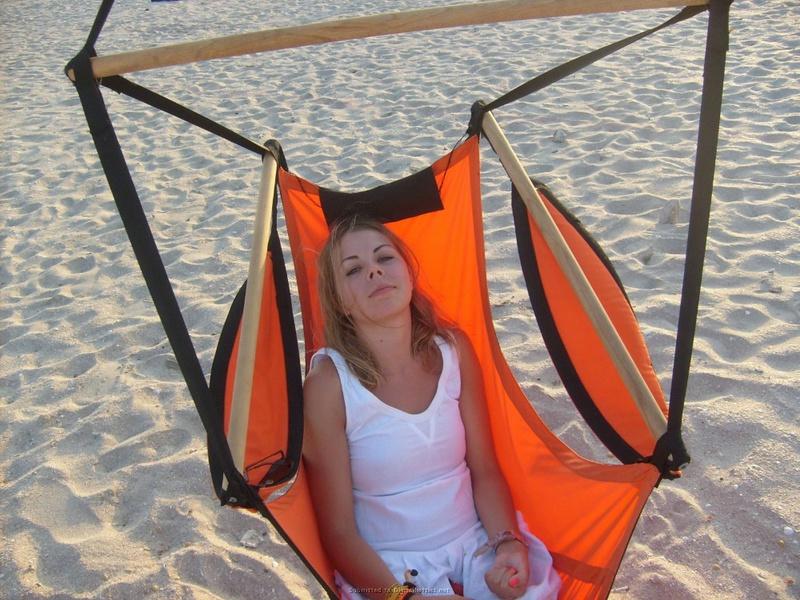 Милированная американка отдыхает топлес на пляже 25 фото