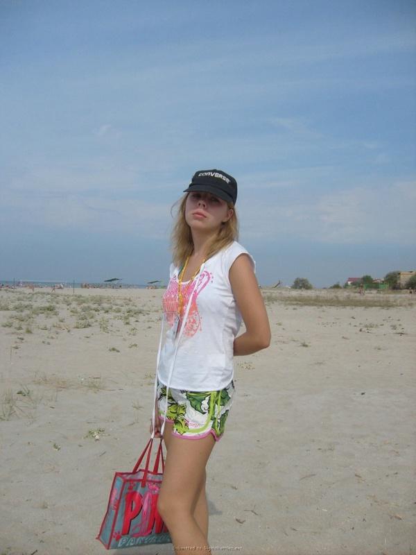 Милированная американка отдыхает топлес на пляже 17 фото