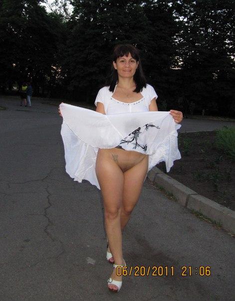 Милфа обнажает пизденку и сиськи на свежем воздухе 28 фото