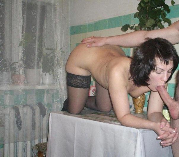 Милфа обнажает пизденку и сиськи на свежем воздухе 19 фото