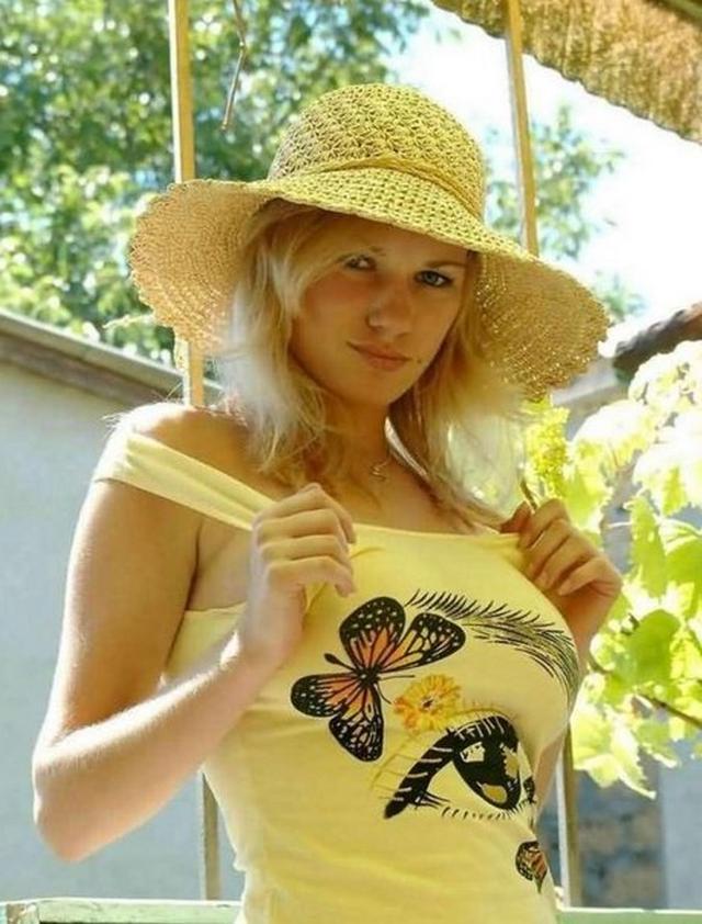Жаркий отдых в деревне блондинки из Беларуси 2 фото