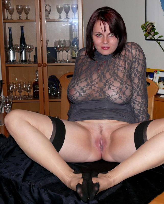 Женщина в теле позирует в чулках для мужа 5 фото