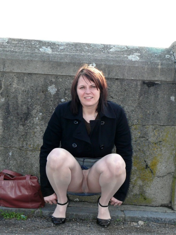 Женщина в теле позирует в чулках для мужа 1 фото