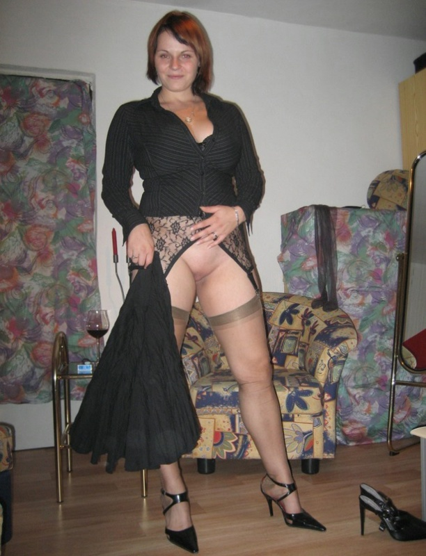 Женщина в теле позирует в чулках для мужа 13 фото