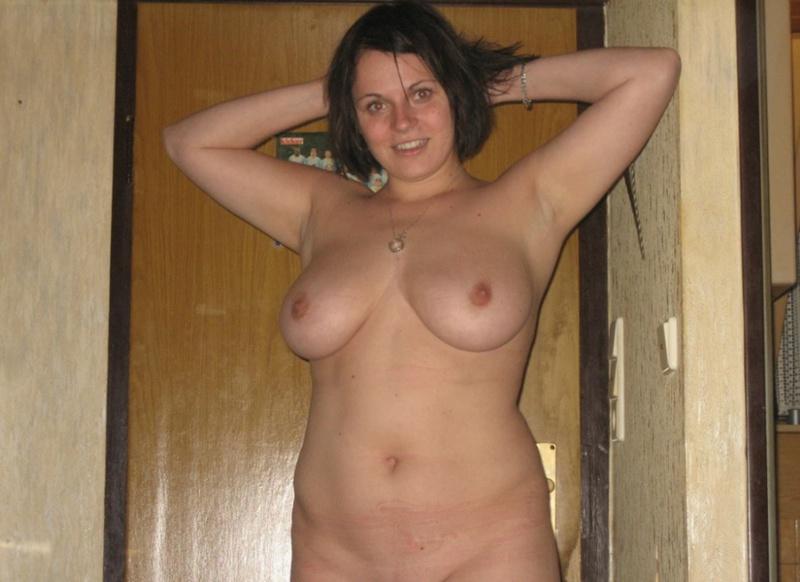 Женщина в теле позирует в чулках для мужа 6 фото