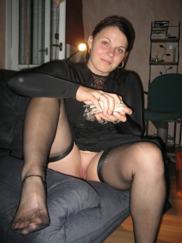 Женщина в теле позирует в чулках для мужа 3 фото