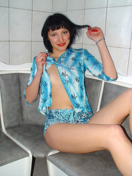 Украинская мамаша разделась догола на кухне 17 фото