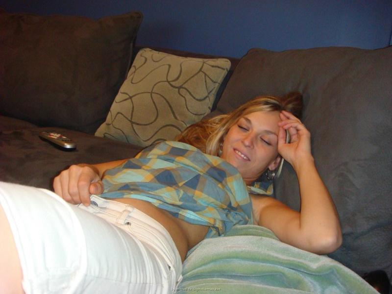 Парень фотает пьяную телку, пока она спит 1 фото