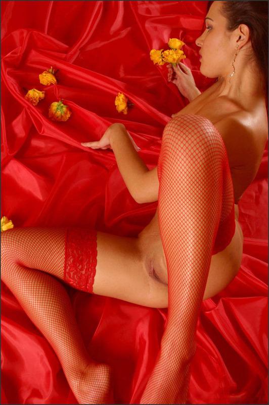 Эро-модель в красных чулках сняла трусики 9 фото