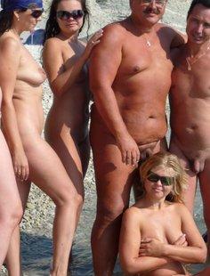 Девушки на пляже у голого мужика