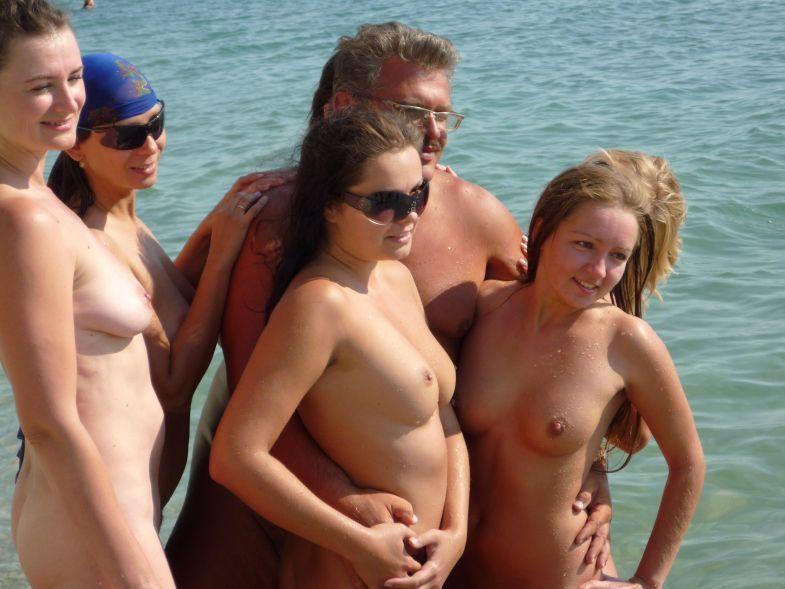 Девушки на пляже у голого мужика 13 фото