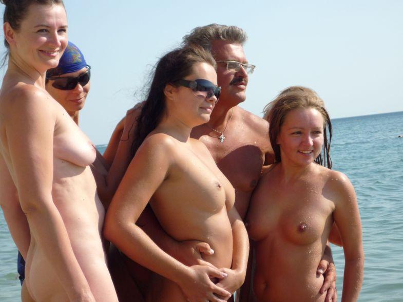 Девушки на пляже у голого мужика 12 фото
