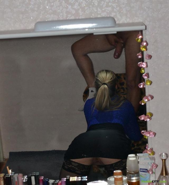 Барменша в чулках мастерски сосет своему мужу 12 фото