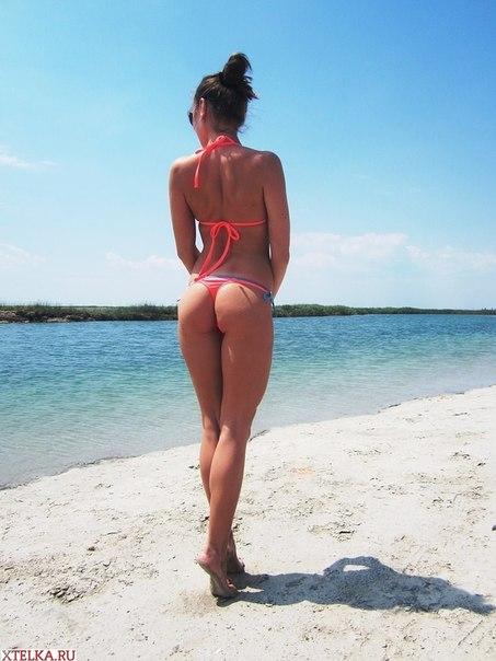Молодые туристки в сексуальных бикини загорают на пляже 15 фото
