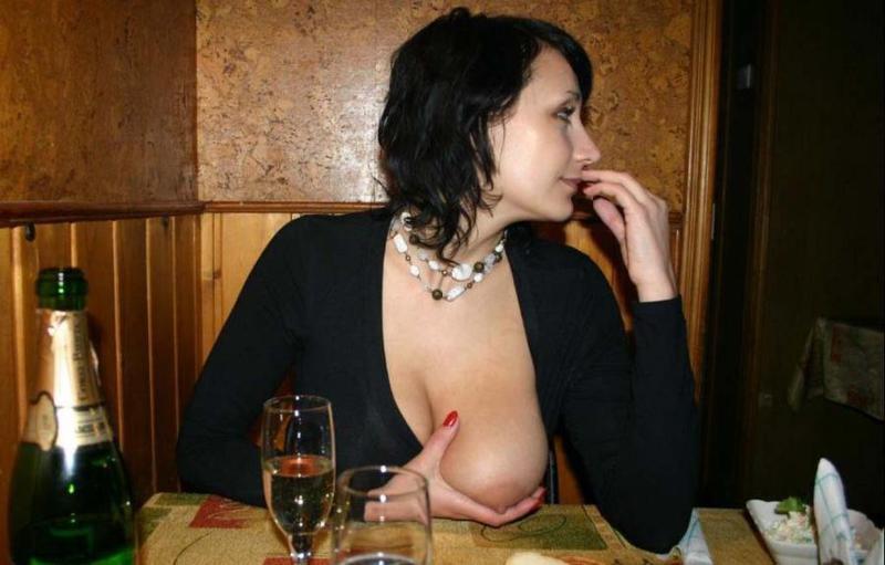 Замужняя милфа обнажает грудь и киску в публичных местах 3 фото