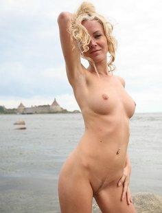 Молодая курортница разделась на берегу моря