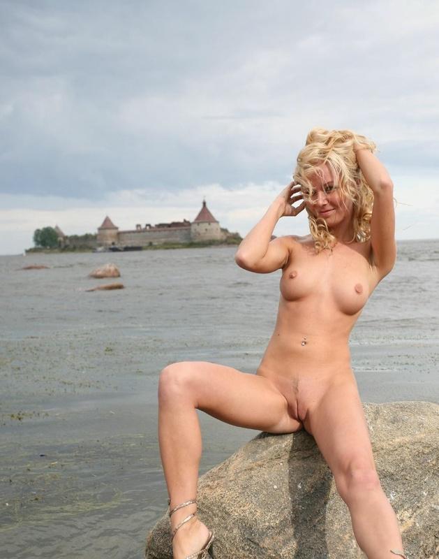 Молодая курортница разделась на берегу моря 1 фото