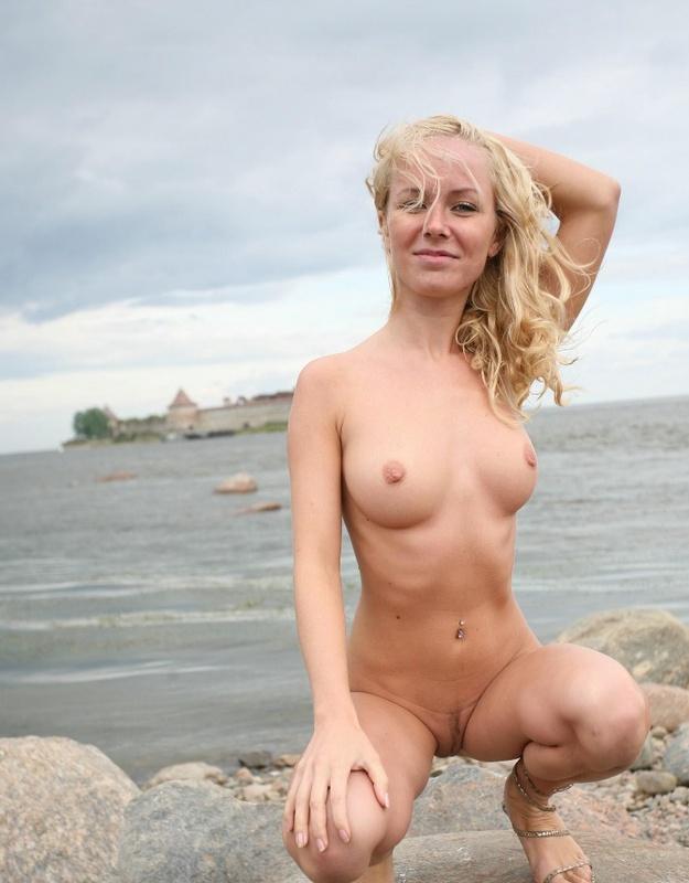 Молодая курортница разделась на берегу моря 11 фото