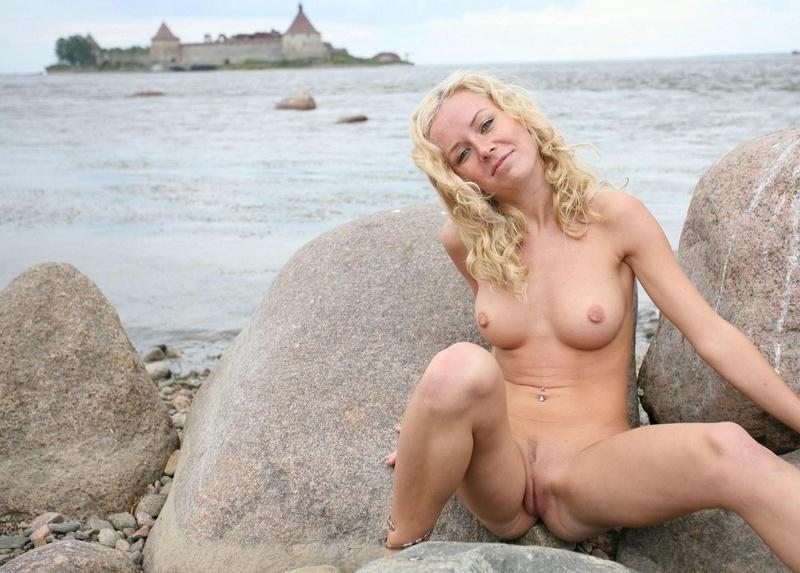 Молодая курортница разделась на берегу моря 7 фото
