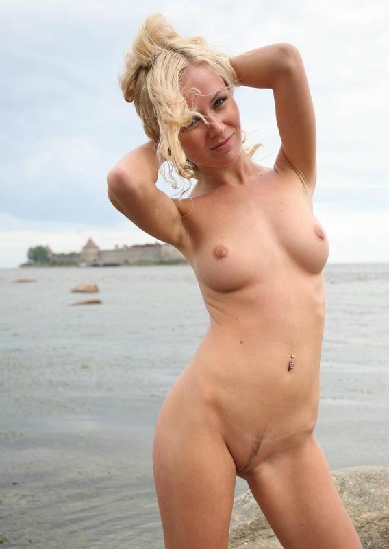 Молодая курортница разделась на берегу моря 13 фото