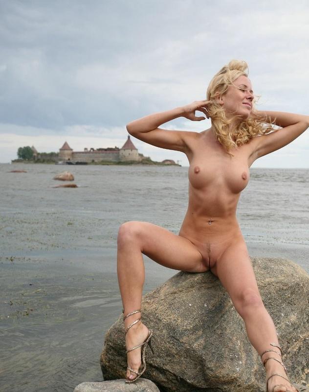Молодая курортница разделась на берегу моря 14 фото