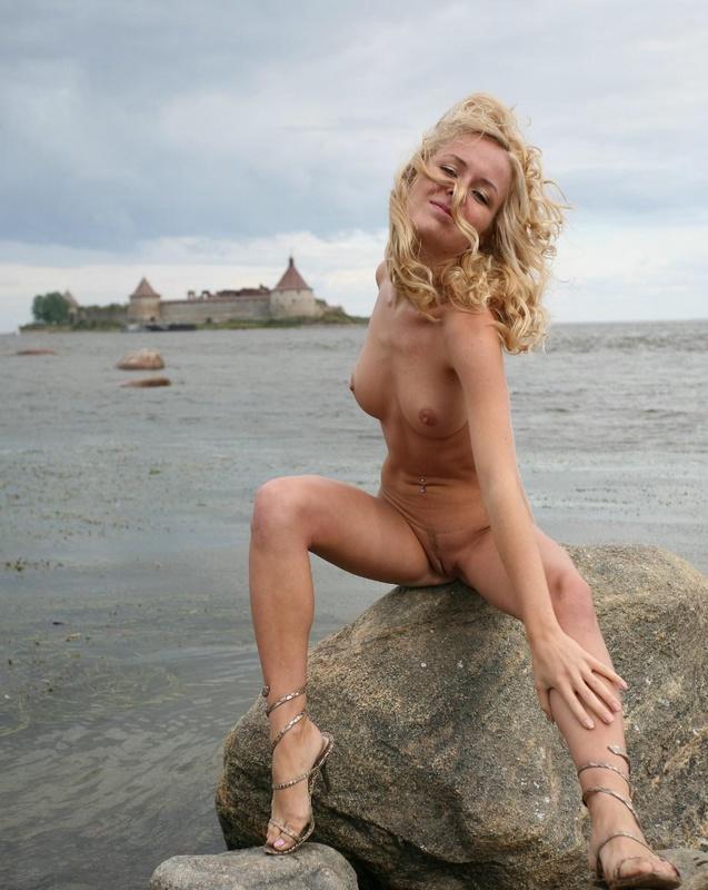 Молодая курортница разделась на берегу моря 15 фото