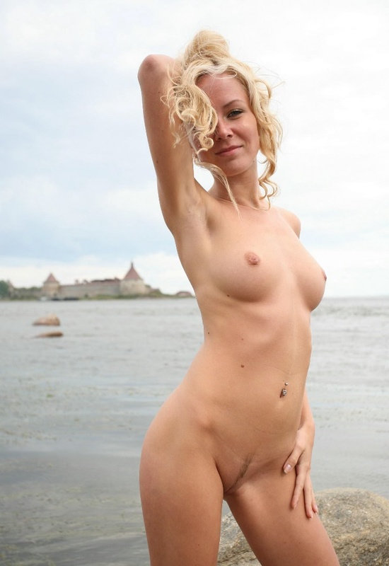 Молодая курортница разделась на берегу моря 4 фото