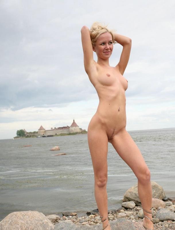 Молодая курортница разделась на берегу моря 2 фото
