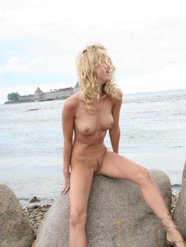 Молодая курортница разделась на берегу моря 10 фото