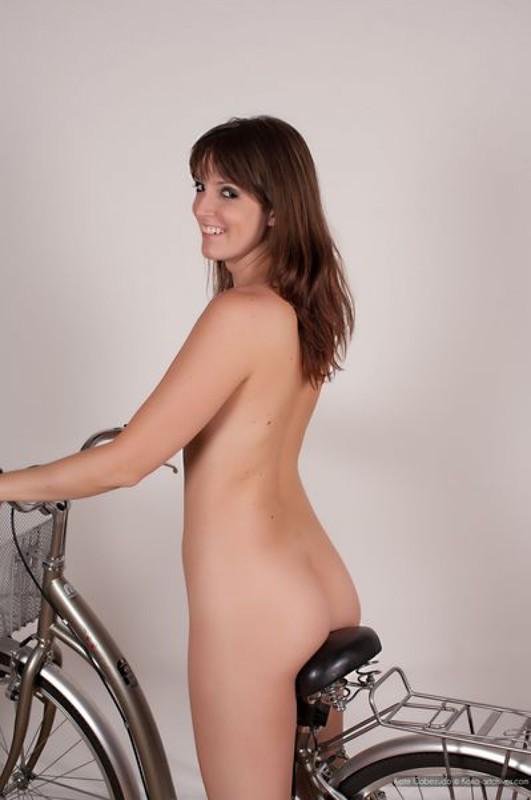Крутит педали на велосипеде 19 фото