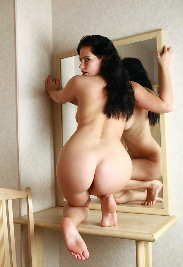 Привлекательная брюнетка голышом перед зеркалом 4 фото