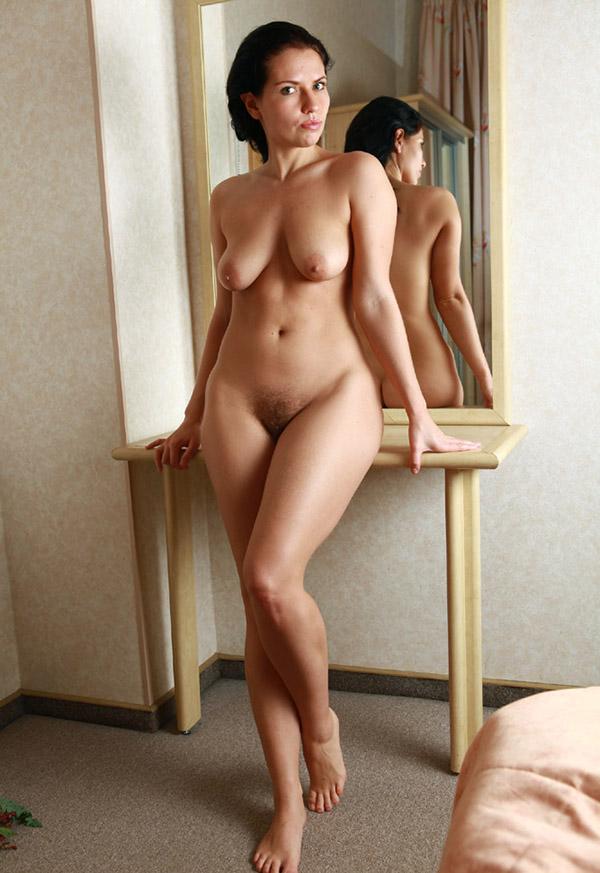 Привлекательная брюнетка голышом перед зеркалом 7 фото